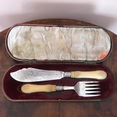 Nr. 546 Set furculita si cutit victorian, din argint in cutie originala.