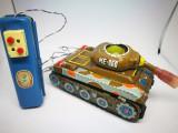 Jucarie chinezeasca cu telecomanda ME 060 Tank. Jucarie veche tabla.