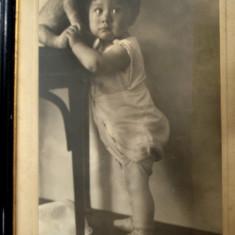Fotografie veche de mari dimensiuni pe carton- copil cu jucarie de paie, ursulet