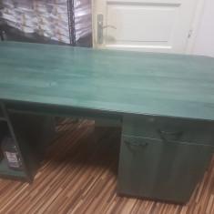 Masa birou din pal melaminat de culoare verde.