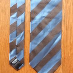 Cravata Hugo Boss; 100% matase; 145 cm lungime totala; impecabila, ca noua, Culoare: Din imagine