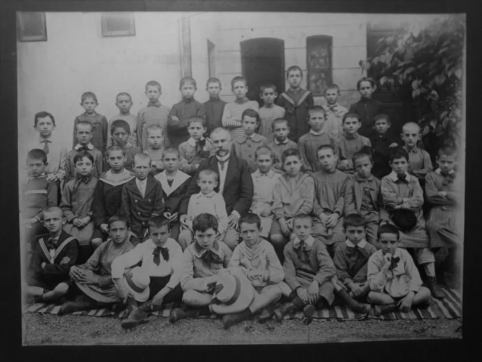FOTOGRAFIE VECHE -FORMAT MARE -GRUP DE COPII SCOLARI CU DASCALUL LOR - ANII 1900 foto mare