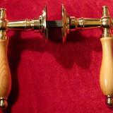 Set 3 clante noi maner cu rozeta auriu si lemn pentru usi interior
