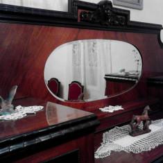 Arta vieneza incoporata in mobila stil din lemn de nuc, masiv