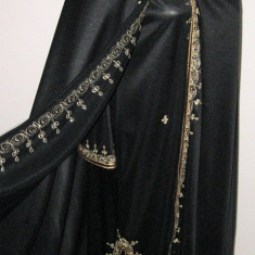 Rochie deschisa si peletina neagra cu fir auriu arabeasca abaya roba