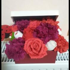 Cutie cu flori din hârtie creponată - Vaza si suport flori