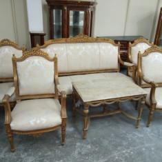 Elegant salon in stil francez compus din canapea de 3 locuri,4 fotolii si o masa
