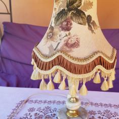 LAMPA / VEIOZA VECHE CU BAZA DIN ONIX SI ABAJUR MATERIAL TEXTIL, FUNCȚIONALĂ, Veioze