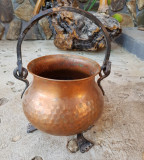 CALDARUSA DIN CUPRU CU PICIORUȘE SI ANSA FIER FORJAT, NECURĂȚATĂ, Ornamentale