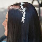 Agrafa eleganta tip coronita cu model floral cu cristale, pe argintiu (Culoare: ARGINTIU)