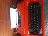 Masina de scris rosie deosebita