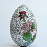 Ou vechi decorat cu flori, realizat prin tehnica cloisonne