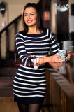 Rochie tricotata cu dungi alb-bleumarin si fundite la maneci