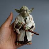 Figurina Yoda Marvel Star Wars cu toiag si pelerina