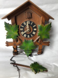 Ceas vechi,mecanic,cu cuc german,din lemn
