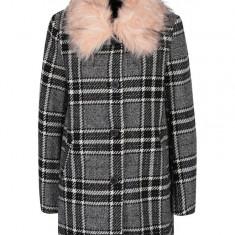 Palton alb&negru in carouri cu guler din blana artificiala ONLY Dory - haina de blana