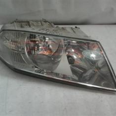 Far dreapta Skoda Octavia2 An 2004-2008, clipsul de sub far este rupt