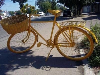 Bicicleta vintage model mare veche vopsita GALBENA,Reclama si decor,superba foto