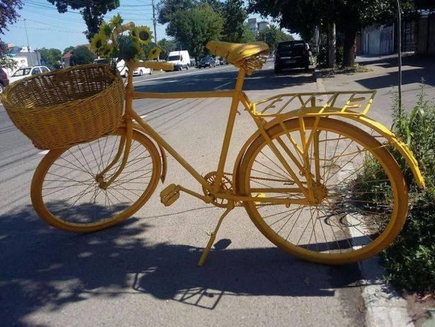 Bicicleta vintage model mare veche vopsita GALBENA,Reclama si decor,superba