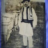 Tablou alb negru cu un apiculortor român