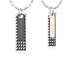 Două coliere din oțel, plăcuțe negre cu triunghiuri și inscripție
