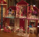 Casuta de papusi Barbie Dream House cu papusi si accesorii incluse