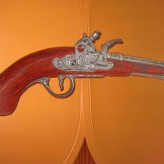 Pistol Epoca retro panoplie staniu si plastic stare f. buna.