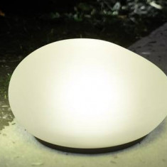 Led solar sub forma de piatra, lumina in culori