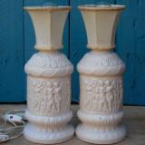 Cumpara ieftin PERECHE 2 LAMPI ELECTRICE DE NOPTIERA - PORTELAN CU SCENE MITOLOGICE SI ABAJUR