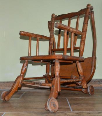 Scaun cu masuta foarte vechi din lemn pentru bebe foto