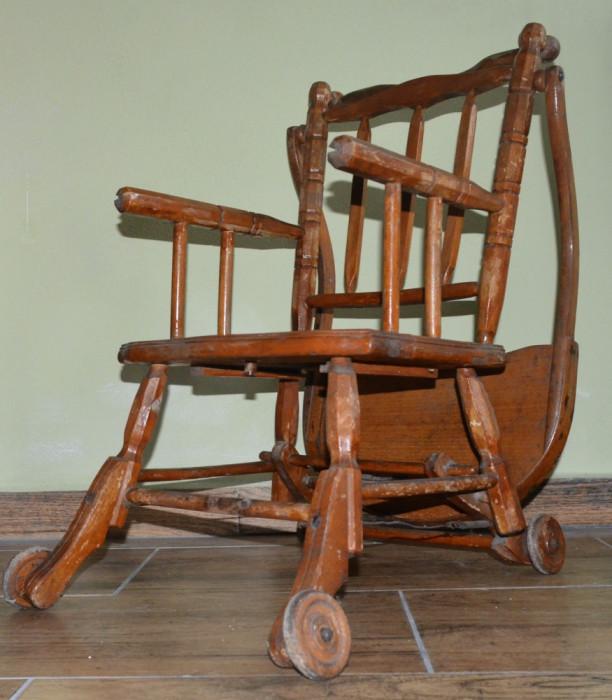 Scaun cu masuta foarte vechi din lemn pentru bebe
