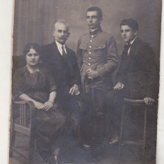 Bnk foto - Poza de familie - interbelica - militar, Alb-Negru, Portrete, Romania 1900 - 1950