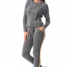E767-181 Compleu din material tricotat, cu o dunga laterala
