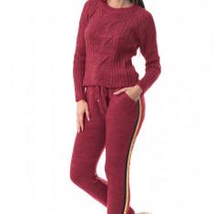 E767-81 Compleu din material tricotat, cu o dunga laterala