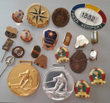 Lot insigne romanesti 20 bucati + 2 medalii