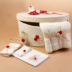 Trusou botez si cutie decorata cu funda rosie cu buline albe LG100