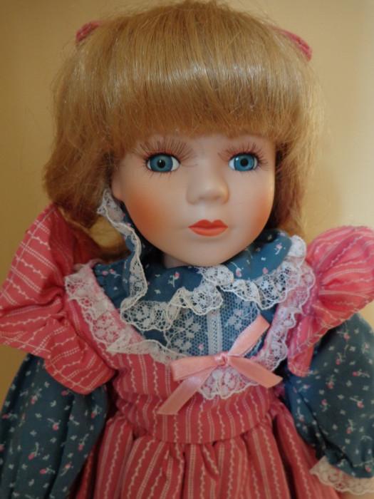 Fetita cu fundita, papusa de colectie din portelan H-41 cm