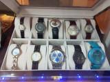 Ceasuri vechi rusesti: Raketa, Poljot; ceasuri noi: Armani, Cavalli