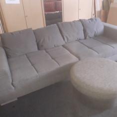 Canapea de dimensiuni mari, cu taburet.