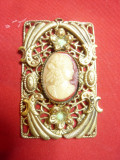 Medalion vechi ,bronz aurit filigranat cu Camee ,dim. = 2,7x4,5 cm