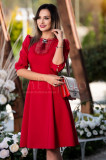 Rochie rosie cu brosa pretioasa