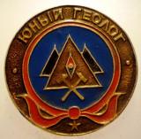 I.003 INSIGNA RUSIA URSS PIONIERI PIONIER TANARUL GEOLOG 27mm ЮНЫЙ ГЕОЛОГ, Europa