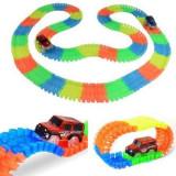 Pista flexibila cu 220 piese fosforescente, multicolore si masinuta cu LED