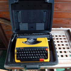 Masina de scris galbena japan