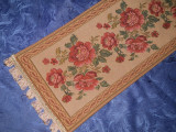 Napron, tapiserie, model floral cu trandafiri