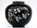 Superba vaza emailata cu motive vegetale traforate manual in abalon, sidef Korea