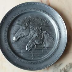Farfurie decorativa de perete scena cu cai din metal zinc  marcata