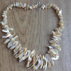 Colier petale si chipsuri de sidef crem