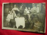 Fotografie -Ofiter cu sabie ,in curte cu familia