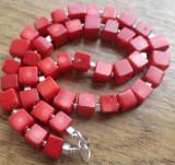 Colier cuburi de coral rosu